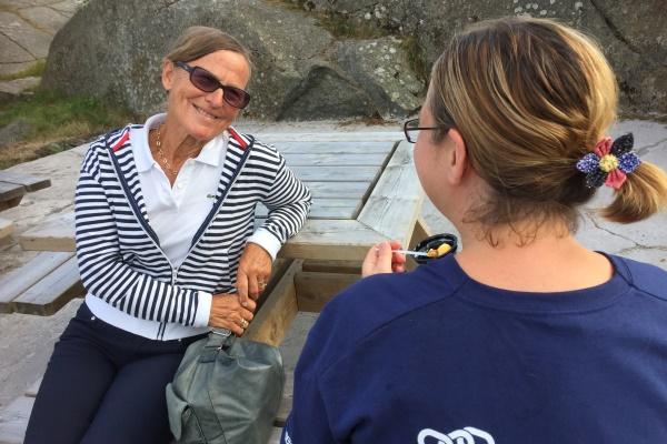 Sigrid Refsnes fikk et varmt møte med utsending Laila under Visjon i Stavern. Av sikkerhetsmessige hensyn viser vi ikke Laila sitt ansikt.Nå blir det besøk i Moss og Rygge.