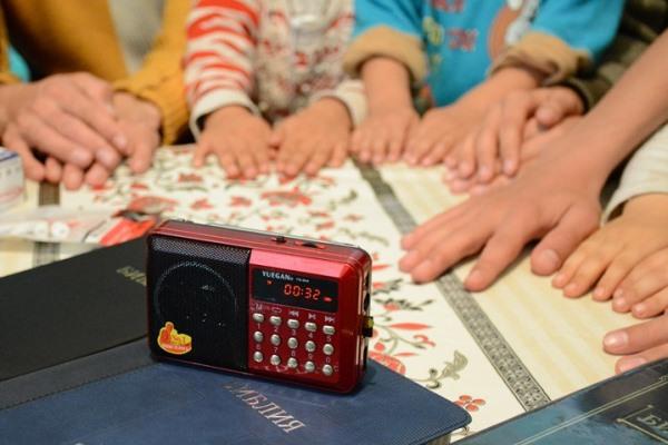– Vi kan i alle fall vise dem hendene våre (en husmenighet i et land i Sentral-Asia lytter til Bibelen fra en lydbok). Foto: Bibelselskapet.