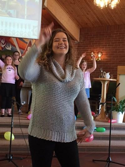 Martine Refsnes ledet dansegruppa som bidro til å visualisere en av fellessangene.