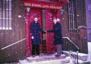 Pastor Myhren og menighetsrådets formann, TrygveStærk, låser døra i den gamle kirka for siste gang.