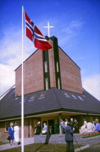 Flagget heises på innvielsesdagen.